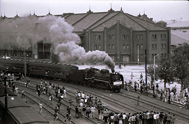 横浜赤レンガ倉庫前を通過する汽車